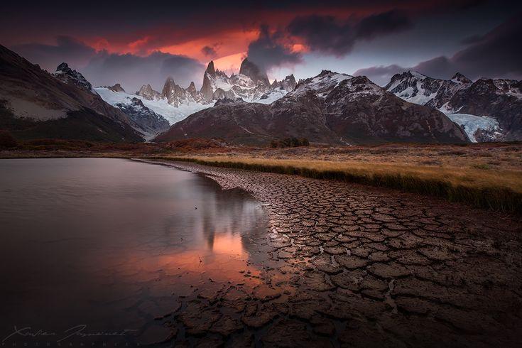 """Puesta del sol la luz sobre el monte Fitz Roy en la Patagonia. Me quedé sorprendido por el color de la nube lenticular, por encima de la """"montaña humeante"""" ...   Fitz Roy zona, Patagonia, Argentina."""