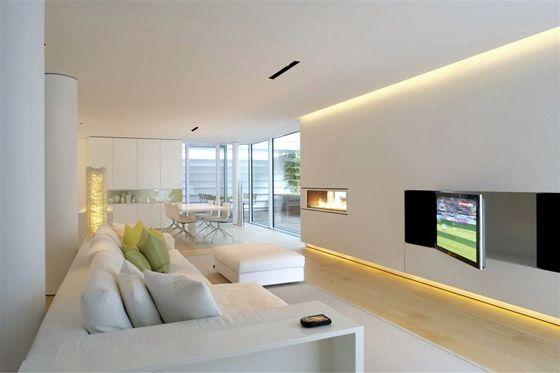 """Indirekte Beleuchtung lässt Wand """"schweben"""" Schwenkbarer TV bei sonst geschlossener Front Dolomites House von JM Architecture"""