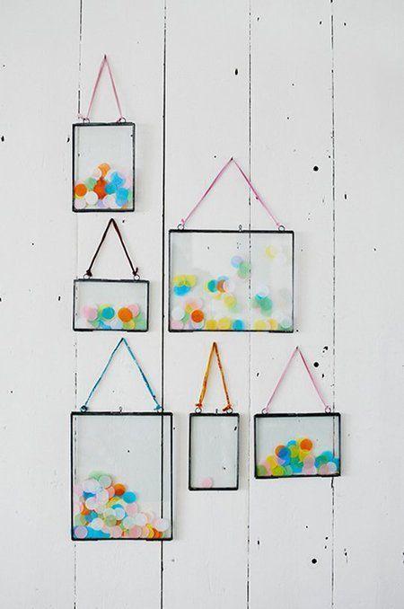 Berbagai kertas warna-warni dalam bingkai kaca transparan.