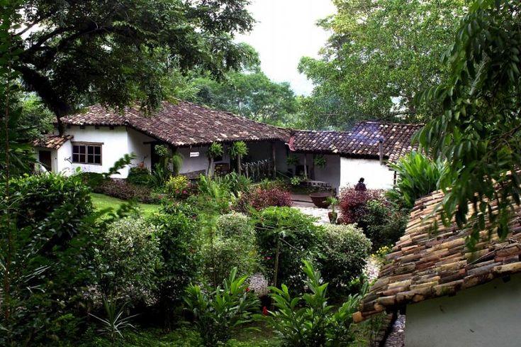 El reconocido sitio de viajes www.theculturetrip.com has seleccionado entre varios restaurantes que representan las mejores delicadezas de la gastronomía hondureña con una marcada influencia en sabores de países Centroamericanos y por supuesto de los antiguos Mayas.
