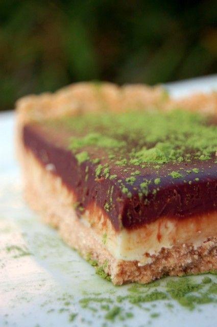 Tarte aux 2 chocolats (pas besoin du four) avec pâte sablée uniquement avec des gaufrettes + poudre d'amande + beurre fondu !