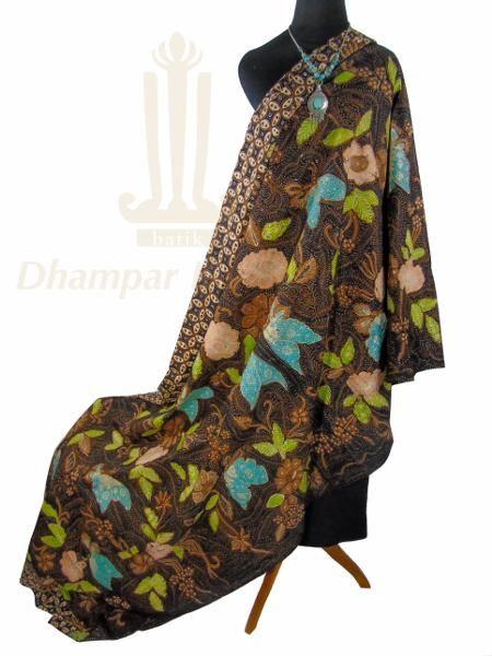 IDR. 850k | Kain Batik Tulis Warna | Motif Kupu Granitan | Ukuran kain: 2,35m X 1m | Kode: 013  | Note: Harga item tidak termasuk kalung yang tertera pada gambar.  | #batik #dhamparkencono #batiktulis #java #indonesia #sale #boutique