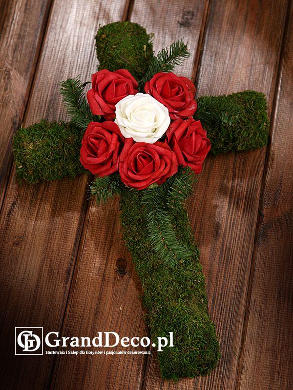 Krzyż z mchu z dekoracją z kwiatów sztucznych i sztucznego igliwia. Wszystkie elementy do nabycia na www.GrandDeco.pl