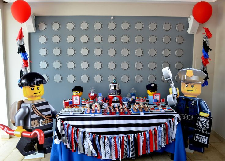 LEGO Kids Party - this fab LEGO wall was created by adhering paper plates backward to the wall! {Click for more party photos}
