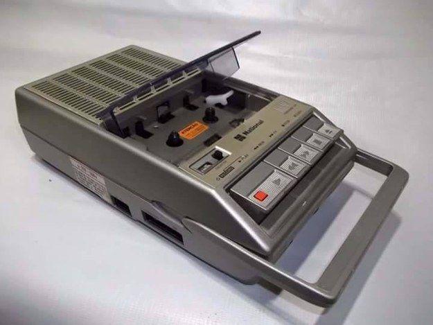 """Este gravador de fita cassete """"portátil"""" era chique demais.   20 imagens que vão te lembrar a sua infância na casa da sua avó"""