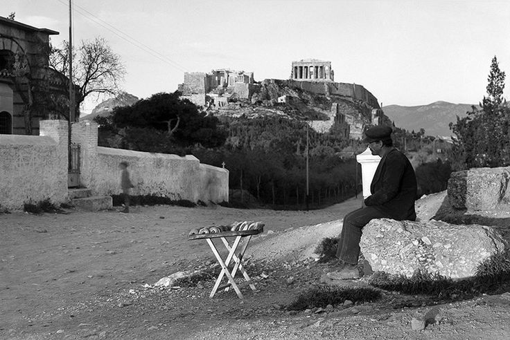 Nelly's, (Έλλη Σουγιουλτζόγλου-Σεραϊδάρη), δεκαετία 1930, Αθήνα, κουλουρτζής με φόντο την Ακρόπολη.