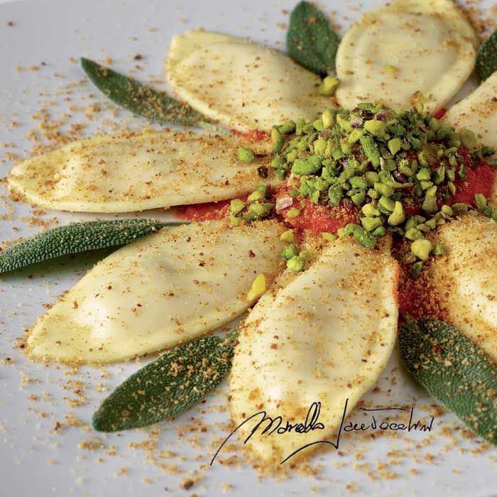 Primi piatti - Ravioli ripieni di cernia in crema di peperoni dolci, pinoli, uvetta sultanina e mandorle