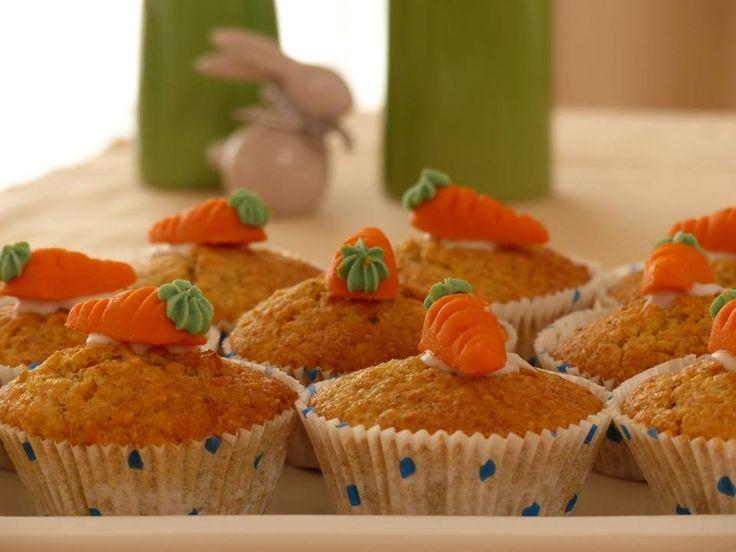 """I muffin alle carote, deliziosi dolcetti a base di carote fresche, sani e gustosi, adatti a tutti, soprattutto alle merende dei vostri bambini. Decorateli a piacere, con l'aggiunta di cioccolato o mandorle per dare quel """"tocco in più"""". Qui trovate la ricetta passo a passo: https://annasweetsecrets.wordpress.com/2017/04/11/semplicita-e-gusto-muffin-alle-carote/"""