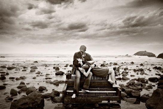 Me encanto esta composición, el cielo, las rocas y el mar como marco a la pareja del centro cuyo amor se enciende al compás de un blanco y negro musical.