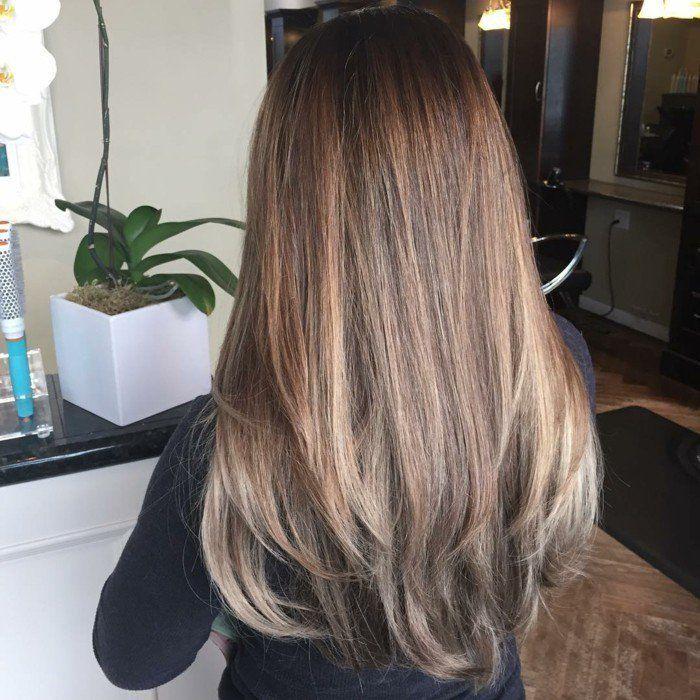 Excellente coiffure avec le balayage sur cheveux brun
