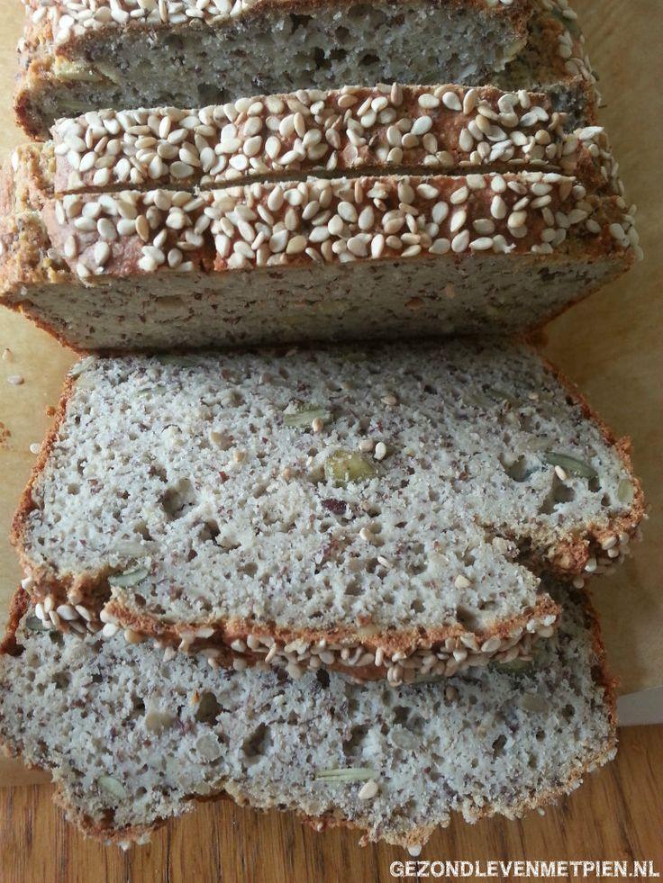 Luchtig glutenvrij brood zonder gist met boekweit, amandelmeel, aardappelvlokken en boordevol zaden en pitten.