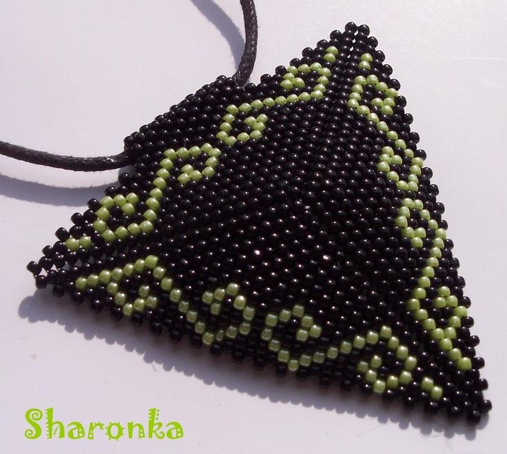 Trojúhelník IV. Trojúhelník šitý z japonského rokajlu TOHO (strana má 6,5 cm) zavěšený na černé kulaté kůži. Délka náhrdelníku 45 cm.