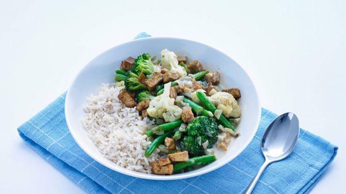 Lekker vegetarisch, Thais recept; de vertrouwede bloemkool, broccoli en sperziebonen in groene currysaus. Bekijk nu en ga direct aan de slag! Groenten in Thaise currysaus maken:Kook 300 gram zilvervliesrijst volgens de aanwijzingen op de verpakking. Verhit 2 eetlepels olijfolie in een wok en bak 180 gram tofu roerbakblokjes 1 minuut op hoog vuur. Snipper 2 uien. Schep de tofu uit de pan. Voeg 1 eetlepel olijfolie toe en fruit de ui 1 minuut.
