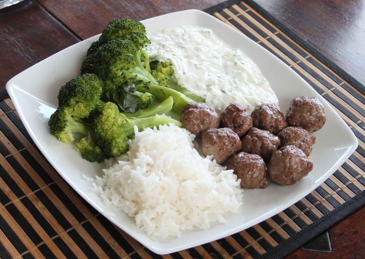 Greske kjøttboller med brokkoli, ris og tzatziki