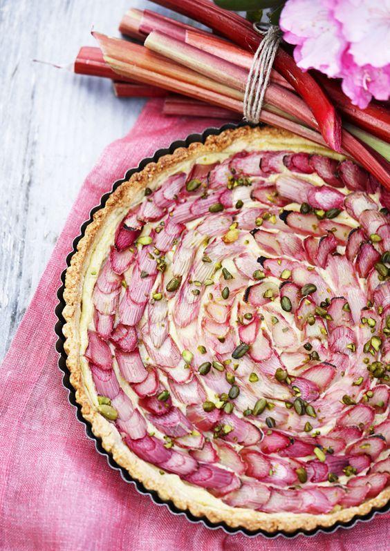 En virkelig smuk rabarbertærte med sød vaniljecreme. Perfekt til forårets fester eller hvis du vil forkæle familien lidt ekstra!