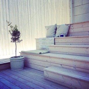 """""""Läktartrappor"""" – alternativ istället för murar för att ta upp nivåskillnader. Billigare att bygga i trä än anlägga murar."""