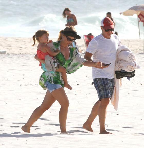 Angélica e Luciano Huck se divertem com Eva na praia