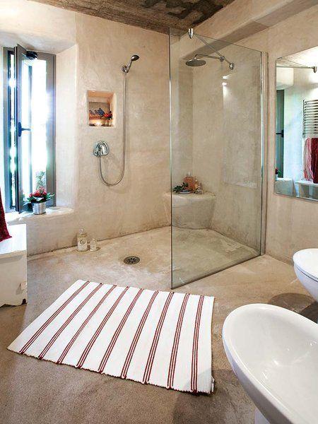 Baños con Paredes en cemento pulido, todo el piso en piedra de rio, nichos en paredes, pyerta de cristal #casasdecampodeunpiso