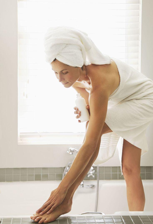 Scrub gambe: come eliminare i peli incarniti dopo la ceretta