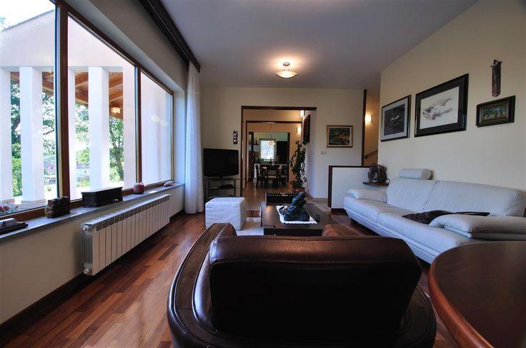 Продается прекрасный дом в Хорватии рядом с городком Бузет. Дом двухэтажный, площадью 285 м2, расположен на  участке 3026 м2, с бассейном 40 м2, парковкой, гаражом 36 м2, зоной барбекю 30 м2 с камином, котельной. На первом  этаже: спальная комната с гардеробной и ванной, гостиная, столовая, кухня, коридор, туалет. На втором этаже:  две спальни с ванными комнатами, гардеробная, кладовая, лоджия, мансарда площадью 75 м2.  Цена: 620 000 EUR #недвижимостьвхорватии, #квартиравхорватии…