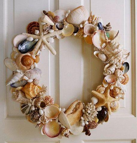 おしゃれな手作り夏リースを集めました。 夏を彷彿させる素材はいろいろ、アイデアを生かして玄関から季節を取り入れましょう。 貝殻リース お部屋を飾る夏のインテリアデコレーションとして、ちょこっとプレートに盛ったり、飾り棚に並べたりしておくだけでもおしゃれに活用できる貝殻、リースの素材にするとテクスチャも楽しめる、豪華な玄関デコレーションになります。 いろいろな種類の貝殻で、隙間無く埋め尽くされたリースは豪華です。 カラフルで形が特徴的なものを集めると、テクスチャを楽しめます。 作り方はホットグルーで、リースベースに貝殻を取り付けます。 リースベースにリボンを巻いて、ベースが見える程度の適度な数の貝殻を、ランダムに配置する方法もおしゃれです。 ベースのツル、リボン、貝殻といった、異なる素材の組み合わせでできるセンスが楽しめるのがいいですね。 ヒトデやホタテ貝のような、大きくて特徴のある形の海の素材は、存在感があるのでまばらに配置する位でも十分引き立ちます。 そして、海の中で育つ真珠を組み合わせるのは、統一性もあり豪華で素敵です。…