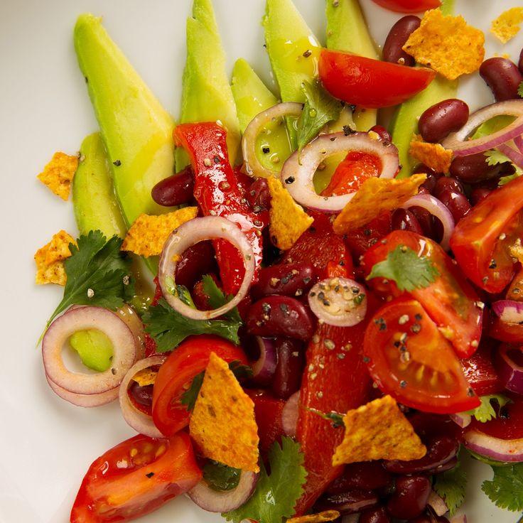 Tomatensalade met paprika, kidneybonen en romige avocado