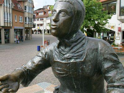 Märchenerzählerin Dorothea Viehmann als Brunnen-Figur in der Innenstadt von Baunatal