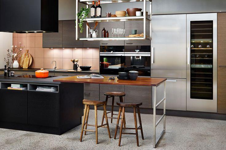 Att blanda flera olika material kan verka djärt, här syns hur effektullt och harmoniskt det kan bli i köket när man blandar köksluckan Metro i svartbetsad och grålaserad ek. Den  hängande hyllan i rått stål blir lätt och luftig med hyllor i klassiskt trådglas. LOCATION: Utställningsmiljö hos Ballingslöv | Södermalm  Fjäråskupan