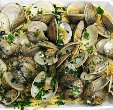 SPAGHETTI CON LE VONGOLE - www.iopreparo.com:  Gli spaghetti con le vongole sono un piatto di mare saporito e gustoso. Il sughetto è leggero e genuino.