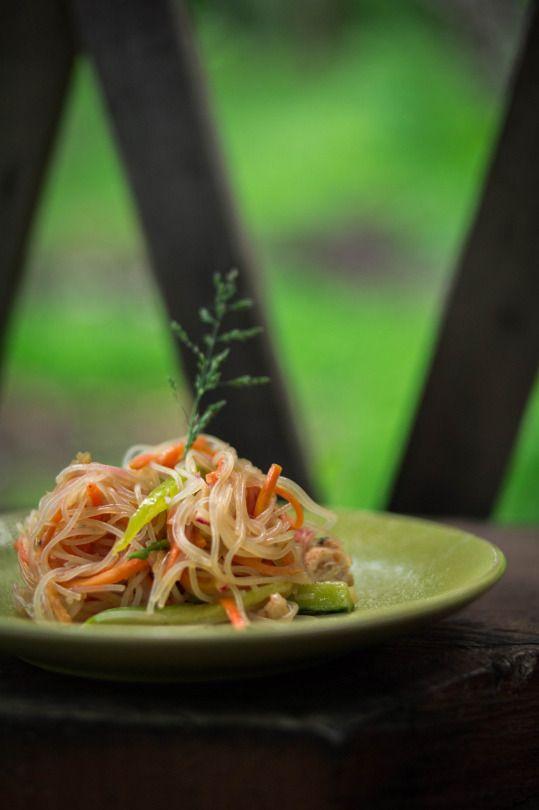 Салат из фунчозы с курицей, овощами и морковью по-корейски