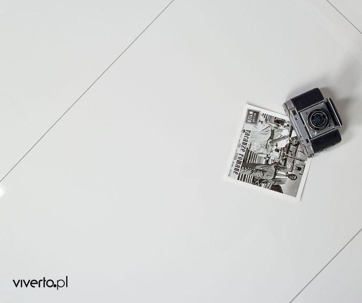 Biel. Czysta, klasyczna biel…  Często pokazujemy Wam ją na ścianach w postaci matowych, cegłopodobnych płytek dekoracyjnych – tym razem przedstawiamy błyszczącą, podłogową inspirację. Jak podoba Wam się taka podłoga?    #viverto #tiles #płytki #podłoga #floor #biel #biały #salon #white #kuchnia #idea #pomysł #czystość