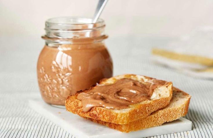 Smaken av hemmagjord, krämig nutella av fina hasselnötter går bara inte att jämföra med butiksköpt. Ringla den på pannkakor, på våfflan eller använd den i härliga bakverk.