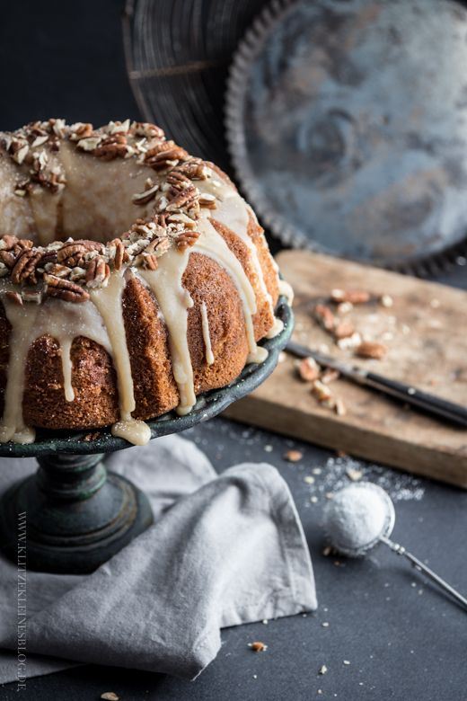 Apfel-Joghurt-Gugelhupf mit einem Guss aus gebräunter Butter – Eines der einfachsten und famosesten Kuchenrezepte des Universums. Echt jetzt!