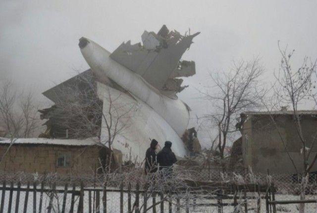 Queda de avião sobre vilarejo deixa ao menos 37 mortos