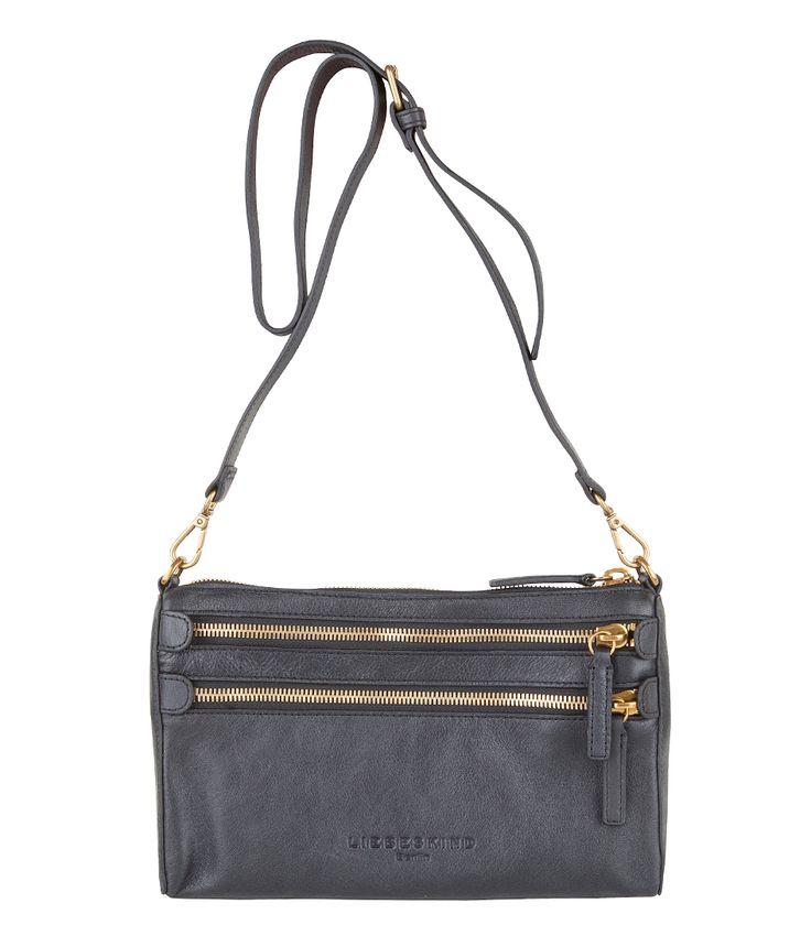 Kara crossbody tas van Liebeskind met gouden details. Deze kan als clutch gedragen worden, maar heeft ook een lang hengsel waardoor de tas een crossbody model wordt.