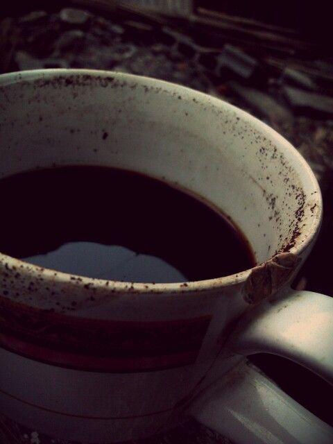 Buat secangkir kopi hitam.. bibir cangkir mu terlihat kotor