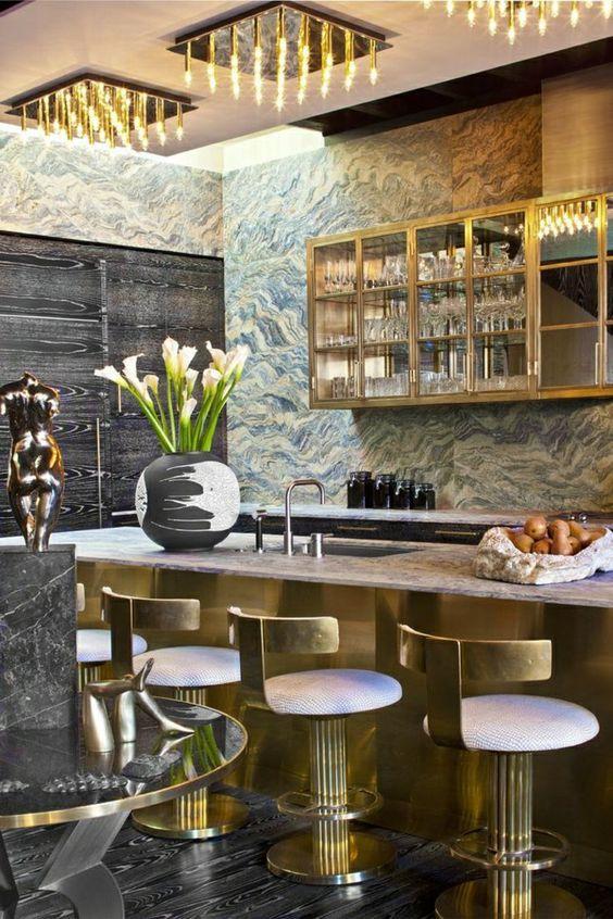 cuisine de luxe, chaise bar, mur à dessins imprimés; bar en or, cuisine moderne