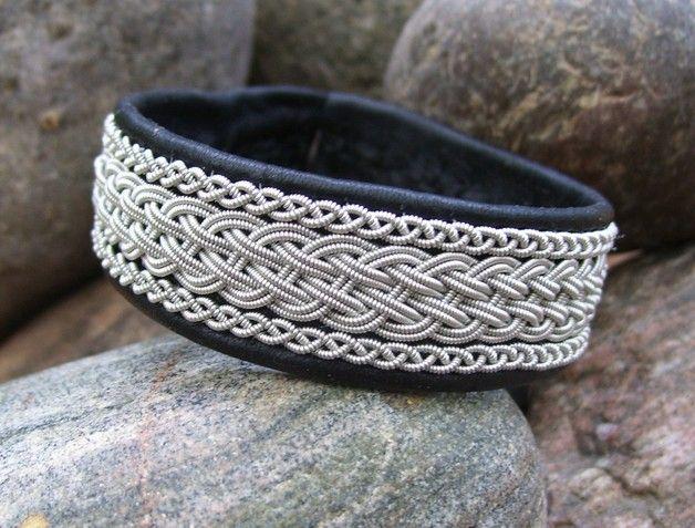 Bracelet en Laponie, en cuir de renne noir