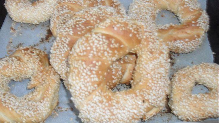 """''Simit Sarayı '' Boşuna dememişler doğrusu... Simit , peynir,zeytin ve tavşan kanı çay! Krallara layık değil mi?...Beş yıldızlı yemeklere değişmem doğrusu...   Belki çok kolay bulabildiğimiz için ; şimdiye kadar ancak bir kaç kez yapmışımdır.http://www.nursendogan.com/2012/06/makara/ için mayalı hamur hazırlarken o anda plansız bir şekil de yaptım. Yaptığım onca güzel yemeklerime, sesini çıkarmayan, eşim, bu """"simitler nasıl güzel ..."""