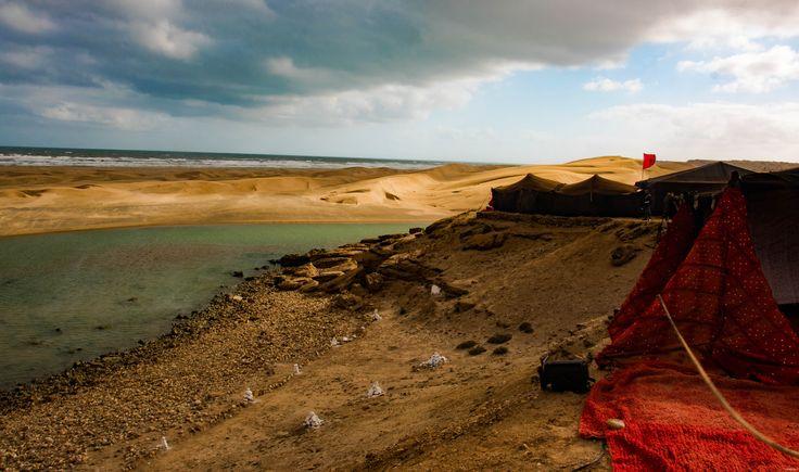 Au coeur du grand Sud marocain, Tan-Tan est la porte du Sahara. Entre dunes de sable et océan, les peuples du désert s'y réunissent en mai pour le Moussem.