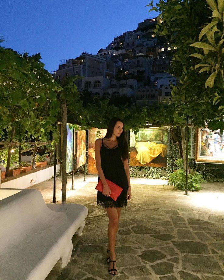 Кому-то завтра рано вставать, но спать не могу, все надо успеть👀 Нашла местную галерею на улице😍 #amalfi #positano#italy #model