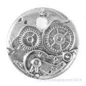 """Steampunk eli suoraan käännettynä """"höyrypunk"""" on 1980-luvulla alkanut genre tai alakulttuuri, joka usein liitetään tieteiskirjallisuuteen. Se liittyy myös 1800-luvulle, jolloin varsinkin Viktoriaaninen tyylisuunta valtasi alaa ja teollisuus alkoi yleistyä. Tähän tekniikan kehitykseen liittyivät höyrykoneet ja esimerkiksi kellorattaat.  http://www.helmikauppa.com/riipus-kellon-koneisto-gear-steampunk-antiikkihopeanvarinen-p-10362.html"""