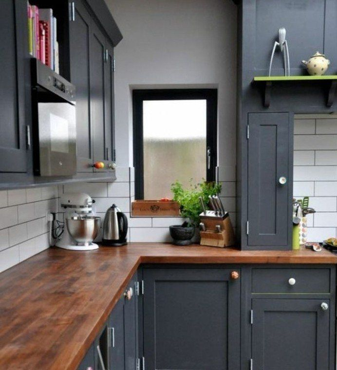 excellente exemple cuisine gris anthracite peinture murale blanche et plan de travail en bois