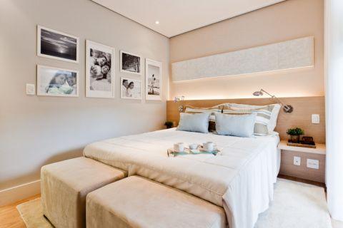 O casal queria um quarto clean e prático, por isso os arquitetos Débora Dalanezi e Marcello Sesso optaram por cores claras. O destaque do ambiente, de 13,5 m², é a cabeceira feita de MDF revestido com folha natural de carvalho rovere.