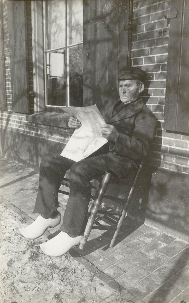 Krantlezende boer, in streekdracht uit Diepenheim. 1954 #Overijssel #Twente #Saksen