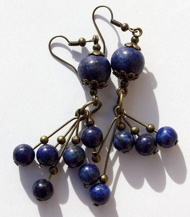 """Boucles d'oreilles en grappe de perles en lapis lazuli sur boucles en bronze : """"Blue night"""""""