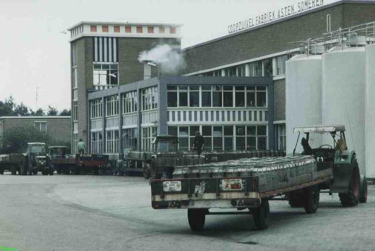 0212045 Coll Chr. Warnar 1990. Het afleveren van melkbussen bij de kaasfabriek. Wie bracht de melkbussen?