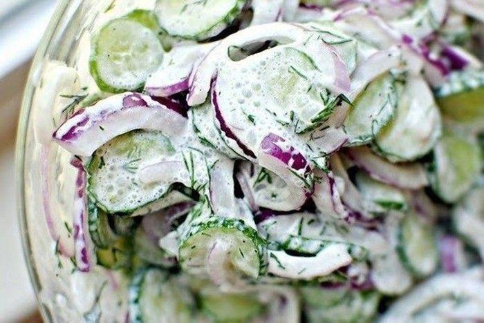 Leichter Gurkensalat mit saurer Sahne. Als Gemüsebeilage zu einer Hauptspeise oder als leichtes Abendessen geeignet.