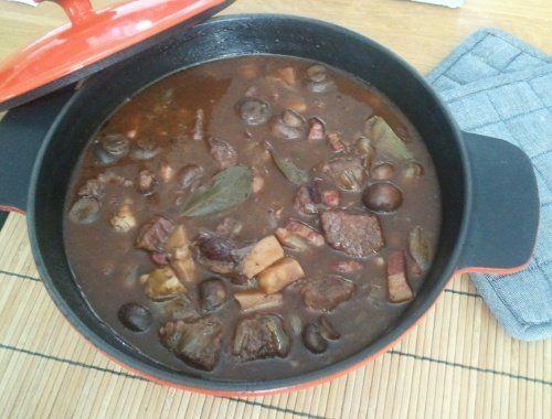 Burgundisk köttgryta gryta med kött och rödvin