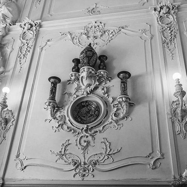 Парадная лестница Екатерининского дворца в Царском селе была создана при Екатерине II Чарлзом Камероном на месте Китайского зала растреллевского здания. Дело в том, что в 1752–1756 годах, при перестройке дворца, Ф.-Б. Растрелли расположил парадную лестницу в отдалении от въездных ворот, в южной части здания, увенчанной куполом со шпилем. В царствование Екатерины II парадная лестница Растрелли была уничтожена. ☝🏻️ Сегодняшний вид залы относит нас в 1860–1863 года, когда лестница вновь…